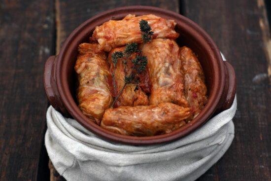 Sarmalute cu carne de porc in frunza varza - Bucate pe Roate