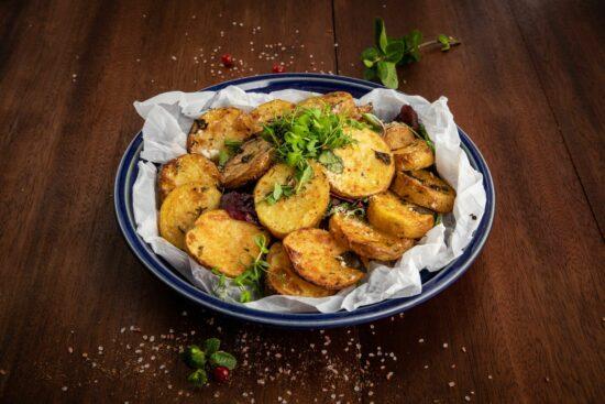 Cartofi rontele la cuptor scaled - Bucate pe Roate