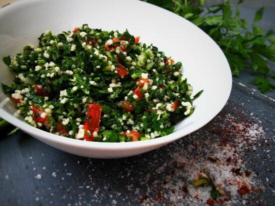 Tava cu salata Tabbouleh 1 scaled - Bucate pe Roate