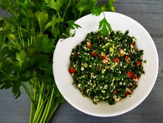 Tava cu salata Tabbouleh scaled - Bucate pe Roate
